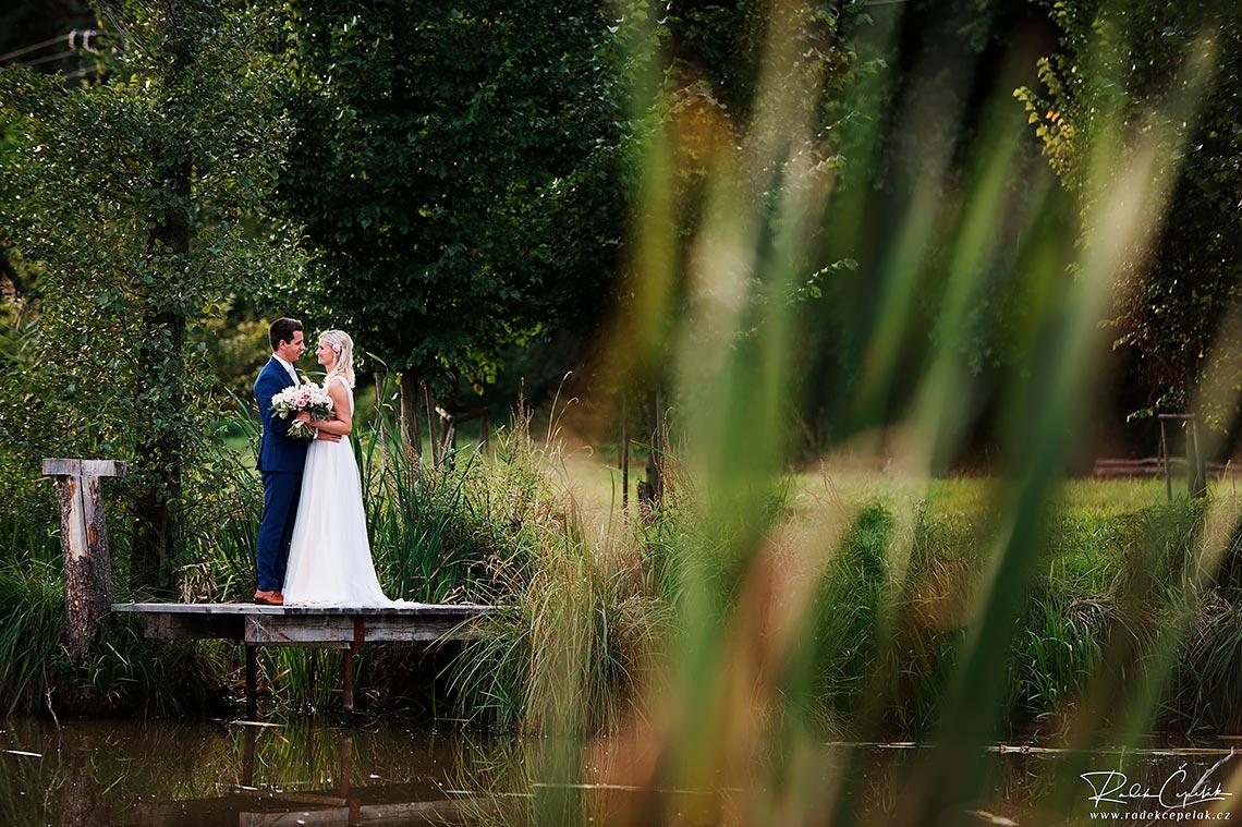 svatební fotografie nevěsty a ženicha Suhrovnické rybníky Kněžmost