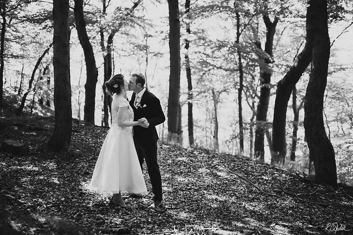černobílá svatební fotografie v lese