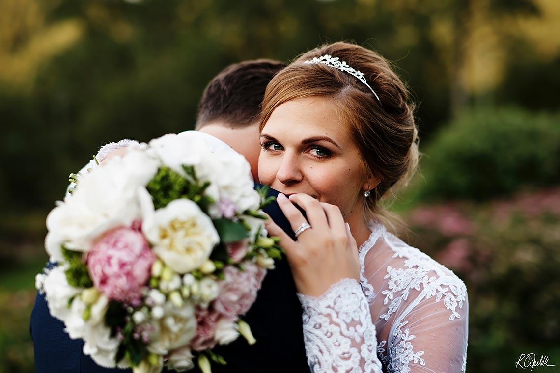 svatební fotografie nevěsty s kyticí v přírodě