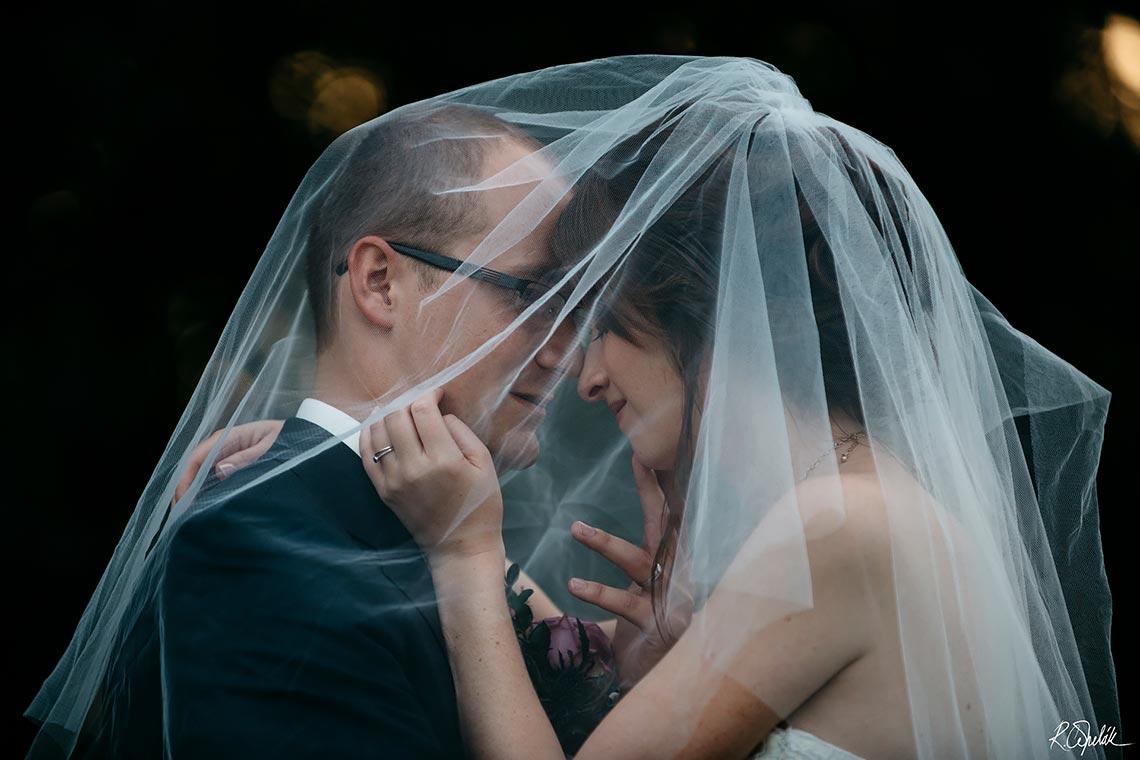 romantická svatební fotografie se závojem